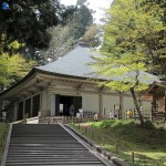 Это бетонное здание защищает знаменитый Золотой зал храма Тюсондзи от буйства стихий. 25-е февраля 2008 г.