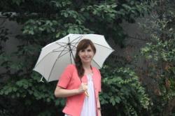 Даниелла Деметриоу улыбается читателям из-под всепогодного зонтика (фото любезно предоставлено автором статьи)