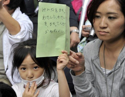 Юная участница митинга перед Министерством образования в Токио держит в руках петицию с просьбой защитить детей в префектуре Фукусима от радиационного заражения