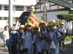 Шон Сакамото с группкой местных школьников. Фото автора