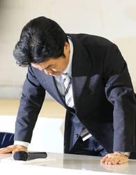 Синсукэ Симада кланяется на пресс-конференции, где было объявлено об его уходе из шоу-бизнеса. Токио, район Синдзюку. 23-е августа 2011 г.