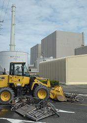 Бульдозер расчищает груды мусора, оставшегося после землетрясения, в ходе учений на АЭС Гамаока в Oмаэдзаки (префектура Сидзуока). 1-е сентября 2011 г.