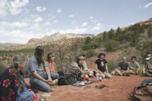 Айну Ясуко Ямамити (в центре напротив огня) молится вместе с коренными американцами. Аризона, 2006 г.