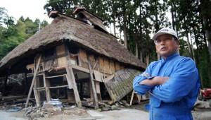 Сигэюки Эндо у своего домика, пережившего землетрясение и цунами 11 марта 2011 года