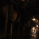 Слева - люки сброса руды с верхних уровней. Под ними как раз проходят рельсы для вагонеток