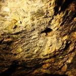 Потолок с дырой от очень основательного сверла