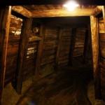 Видимо, здесь породы были помягче, коридор основательный и укреплен бревенчатыми конструкциями