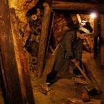 Рабочий, укрепляющий коридоры штолен