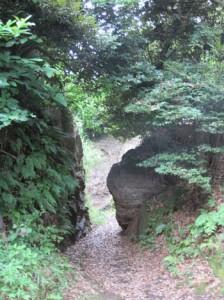 Желающим посетить захоронения самураев нужно свернуть направо