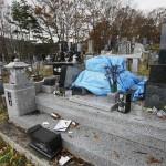 Повреждённое землетрясением надгробие на кладбище в городе Кацурао. Город находится за пределами зоны отчуждения, но жители покинули его, когда уровень радиации чрезмерно вырос. 20-е ноября 2011 г.