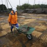Один из рабочих, помогавших очищать бейсбольное поле в г. Минамисома от верхнего слоя заражённой почвы. 19-е ноября 2011 г.