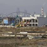 Вдалеке за разрушенными домами в г. Натори виднеется г. Сэндай, 18-е ноября 2011 г.