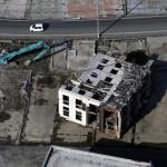 Упавший на бок дом в г. Онагава, 18-е ноября 2011 г.