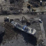Уборочные работы вокруг унесённого цунами судна. Исиномаки, 18-е ноября 2011 г.