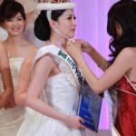 Нагоми Мураяма (Nagomi Murayama), представлявшая Японию на предыдущем конкурсе «Miss International», передаёт корону Икуми Ёсимацу