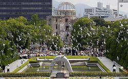 Голуби на фоне Атомного купола. 66-я годовщина атомной бомбардировки Хиросимы, 6-е августа 2011 г.