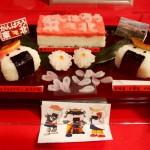 Суси в виде онигири в виде самурайчиков с эмблемой клана Датэ, который правил в Тохоку во время периода Эдо