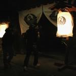 Вход в храм Хокай-дзи, принадлежащий буддийской секте Сингон. Действо происходит вечером, после наступления темноты. Видимо, чтобы стало совсем холодно