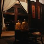 А в соседнем здании, где располагается главная святыня храма - Якуси-нёраи (Будда Медицины), монахи читают сутры, молятся о здравии и благополучии