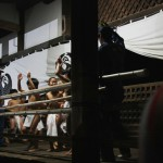 Из-за угла храма выбежала толпа мальчишек в набедренных повязках фундоси...
