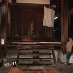 """Угол храмовой """"сцены"""" с лестницей, по которой участники и поднимаются после обливания водой"""
