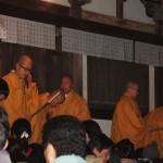 Одновременно с закончившимся танцем монахи завершили и свои молитвы. И вышли на веранду храма, чтобы благословить всех желающих