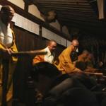 Монахи движутся вокруг храма, по часовой стрелке, касаясь палками склоненных голов