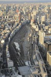 Участок между станциями Синдзюку и Тамати, где планируется построить новую станцию. Токио, район Минато. 4-е января 2012 г. Фото с вертолёта «Майнити». Справа в нижнем углу снимка — станция Синагава