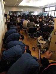 Сотрудники «TEPCO» приносят свои извинения в ходе встречи с пострадавшим от аварии на АЭС «Фукусима-1» в Торидэ (Toride), префектура Ибараки. 27-е апреля 2011 г.
