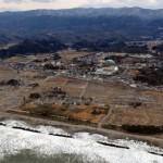 Пострадавший от цунами г. Хироно (Hirono), префектура Фукусима. 26-е февраля 2012 г. В центре кадра — местная средняя школа.