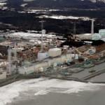 Слева направо: то, что осталось от реакторных зданий №№4,3,2,1 АЭС «Фукусима-1». 26-е февраля 2012 г. Снимок сделан с расстояния около 3 км от АЭС