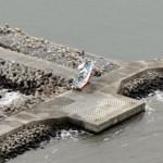Рыбацкое судно, заброшенное цунами на волнорез неподалёку от городского порта. Намиэ, префектура Фукусима. 26-е февраля 2012 г.