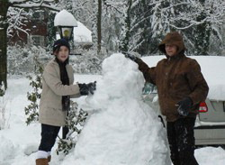 Автор вместе с дочерью лепят снеговика зимой прошлого года
