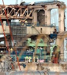 Несколько работников направляются к зданию 4-го реактора АЭС «Фукусима-1». 20-е февраля