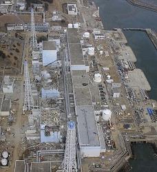 АЭС «Фукусима-1», 20-е марта 2011 г. Сверху вниз: реакторы №№1-4. AP Photo/Air Photo Service