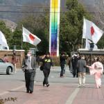 Это вид изнутри на вход в кампус института. Из двух флагов японский государственный вы, надеюсь, опознаете. А второй - флаг института. Радужная стелла на заднем плане - тоже символ института, стоит уже на территории общежития и зоны отдыха