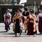 Девушки-выпускницы в фурисодэ и хакама. Со времен позднего Мэйдзи это традиционная форма одежды для студенток