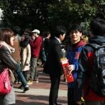 """Младшие товарищи ожидают старших товарищей с двухлитровым пакетом сакэ и квадратной """"рюмкой"""". Гулять так гулять"""