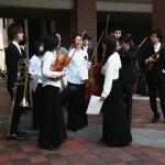 Институтский оркестр собирается перед входом в зал, где пройдет официальная церемония