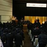 Студенты стоя слушают ответную речь, которую от имени их всех зачитывает лучший студент выпуска