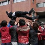 Отдельные толпы младшекурсников отлавливают выпускников и подбрасывают их. Правда, совсем никого не уронили