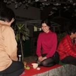Кто-то интересовался, практикуется ли традиционное ханами. Вот, пожалуйста, чайная церемония. Горячую воду принесли в термосе, а все остальное - очень по правилам
