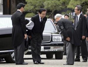 Премьер-министр Ёсихико Нода (второй слева) кланяется по прибытии на похороны принца Томохито. Токио, 13-е июня 2012 г.