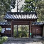 Дорожка ко множеству меньших храмов, каждый из которых выполнен в своём стиле