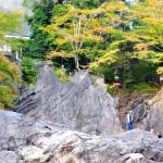 Храм не зря получил такое название: а вот и скалы