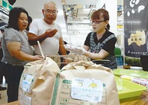 Покупатели изучают ранний рис в магазине сельскохозяйственного кооператива в Нихонмацу, префектура Фукусима. 28-е августа 2012 г.