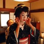 Хотя гейши Симоды не так знамениты, как их сёстры из старой столицы Киото, их обучают не менее строго. Ринка занимается традиционным пением, танцем и музыкой, а также более экзотическими искусствами, такими как умение ходить, пять дней в неделю. Фото: Рейтерз