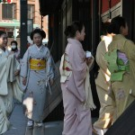 """Место я застолбила по старой привычке на углу """"Итирики"""" (один из старейших чайных домиков в Киото). Тут вот девушки входят в ворота """"Итирики"""""""