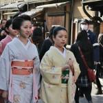 И это знакомая компания. Идущая впереди гэйко (в желтом кимоно) зимой была майко. С повышением!