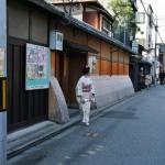 Я подумала и тоже залезла в узкую дыру. Дыра очень извилистым путем вывела меня на другую улицу. Теперь я, наконец, узнала, где живет Иноуэ Ятиё 5-я - глава школы танцев гейш Киото